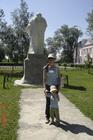 С доченькой у памятника поэту