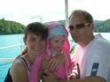 Наша семейка плывет на кораблике по озеру