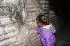Облизывает стену в солевой пещере